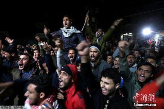 资料图:国际社会纷纷警告特朗普,切勿采取会破坏中东和平的冒险行动,称美国承认耶路撒冷为以色列首都将摧毁目前得来不易的巴以和谈进展。图为愤怒的巴勒斯坦民众在加沙南部的Khan Younis地区发起抗议。