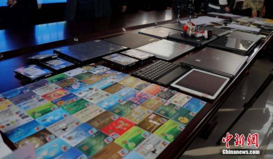 12月7日,郑州市公安局文化路分局通报一起特大电信诈骗案件的侦破情况,一个利用外汇交易软件进行诈骗的特大犯罪团伙被警方一网打尽。查获电脑、手机、存折、银行卡等涉案物品堆满桌。据警方通报,该案共刑事拘留35人,其中依据涉嫌诈骗罪批准逮捕21人,依据非法经营罪批批准逮捕3人,涉案金额高达约5000万人民币。中新社记者 王中举 摄