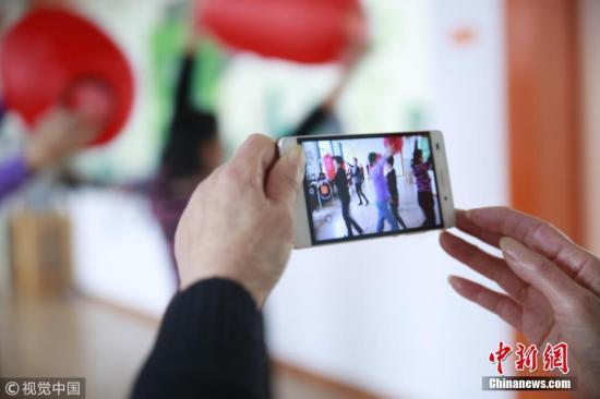 资料图:一用户进行网络直播活动。图片来源:视觉中国
