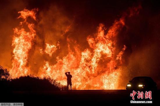 当地时间2017年12月7日,美国加州山火持续,最新焚烧范围:南加州55000英亩地已经燃烧殆尽。火势蔓延的速度:以每15分钟可以烧掉一个曼哈顿中央公园(约843英亩)的速度持续肆虐。最新受灾户统计:至少150栋建筑遭到焚毁,2万7千人被迫撤离家园。