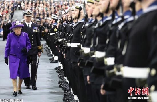 """当地时间12月7日,英国朴茨茅斯,英国海军""""伊丽莎白女王""""号航母举行服役仪式,女王伊丽莎白二世出席。""""伊丽莎白女王""""号被称为英国皇家海军有史以来最大战舰。"""