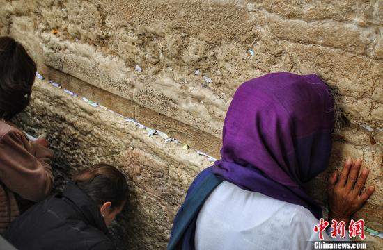 资料图:哭墙又称西墙,是耶路撒冷旧城古代犹太国第二圣殿护墙的一段,也是第二圣殿护墙的仅存遗址,长约50米,高约18米,由大石块筑成。图为在哭墙祷告的犹太教徒。中新网记者 李雨昕 摄