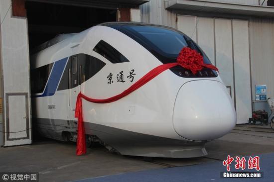 """12月7日,中车四方股份公司为北京市郊铁路副中心线量身打造的CRH6A型城际动车组正式交付北京,并命名为""""京通号""""。北京青年报记者了解到,年底,被称为""""铁路公交""""的北京市郊铁路副中心线北京西至通州站将率先开跑。届时,北京西站至通州站运行时间约42分钟,北京站至通州站约25分钟。据了解,北京市郊铁路副中心线是北京市政府为缓解市区至通州沿线的通勤压力,利用既有国铁线路富余能力,通过线路及站台改造,开行城际动车组的线路。副中心线西起衙门口站,经北京西站、北京站、北京东站,东至通州站,全长38.8公里。该项目是国家市郊铁路示范项目,也是北京市郊快速轨道网的重要组成部分,计划于年底先期开通北京西站、..."""