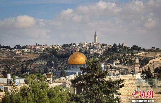 """耶路撒冷位于近东黎凡特地区,是一座历史悠久的城市,在地理上位于犹大山地,介于地中海与死海之间,被誉为三大一神宗教的圣城。一起跟随记者镜头走入这座""""和平之城"""",近距离感受它的独特魅力。图为远眺耶路撒冷圆顶清真寺。 中新网记者 李雨昕 摄"""