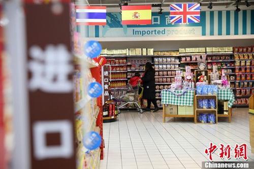 资料图:山西太原,民众在超市选购进口商品。 <a target='_blank' href='http://www.chinanews.com/'>中新社</a>记者 张云 摄