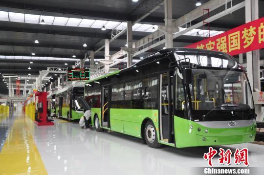 图为广西贵港市华奥新能源汽车有限公司新能源汽车生产作业区。 钟建珊 摄