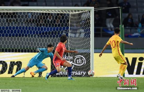 图为韦世豪率先攻破韩国队球门。
