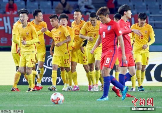 资料图为韦世豪(黄色20号)在2017年东亚杯与韩国队的比赛中率先为中国队进球,队友上前庆祝。