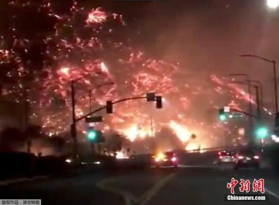 目前整个洛杉矶地区都在风险之中。已有超过1.1万人撤离这一区域。更令人震惊的是,还有数百万人居住在这一区域中,他们也在危险中。图为社交网络上,网友在洛杉矶405高速路上拍摄到的火灾场景,如同电影中的末日画面。