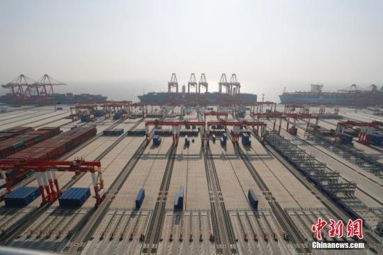 资料图:12月10日,全球最大自动化码头上海洋山港四期开港试运营。<a target=
