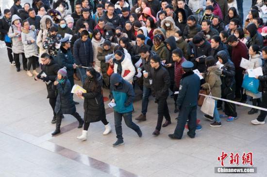 12月10日,山西太原一公务员考点,考生排队准备进入考场。 中新社记者 武俊杰 摄