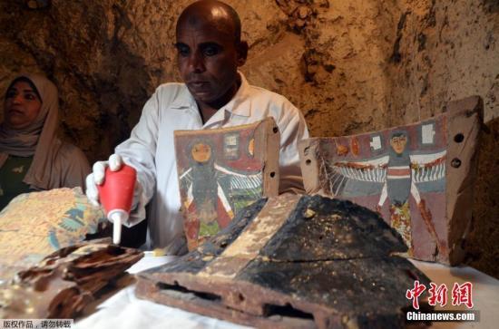 当地时间2017年12月9日,埃及考古人员在尼罗河西岸的德拉阿布纳加(Draa Abul Naga)墓穴群中新发现Kampp 150墓穴和Kampp 161墓穴,木乃伊、古埃及木制葬礼面具和小雕像,以及古埃及女神伊西斯(Isis)的木质雕像等多种文物出土。