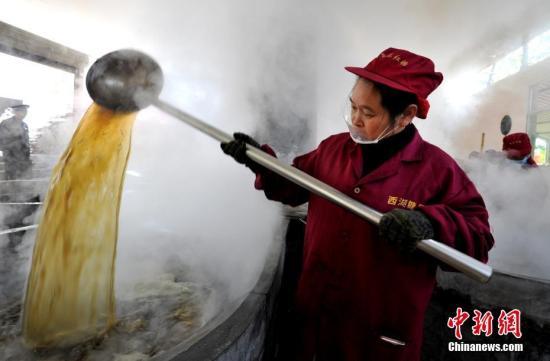 资料图:福建省将乐县黄潭镇的村民在加工红糖。 张斌 摄