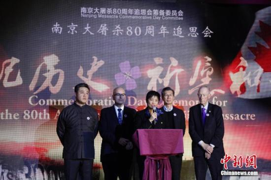"""当地时间12月9日,加拿大安大略省各界华人共同举办的""""南京大屠杀80周年追思会""""在多伦多举行。来自华人社区及其他多个族裔社区的逾千名代表参加此次主题为""""铭记历史,祈愿和平""""的追思会。图为在安大略省提出设立""""南京大屠杀纪念日""""动议并获通过的安省华人议员黄素梅(中)与其他多位安省省议员出席追思会。 <a target='_blank' href='http://www.chinanews.com/'>中新社</a>记者 余瑞冬 摄"""