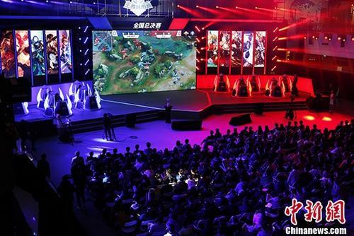 资料图:2017年12月10日,电竞选手在比赛中。当日,手机游戏《王者荣耀》第四届城市赛全国总决赛在北京举行。<a target='_blank' href=