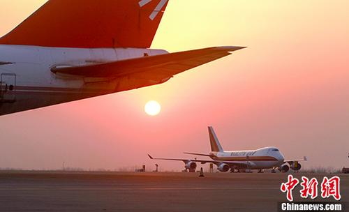 原料图:武汉天河机场停机坪。 中新社记者 陈晓东 摄