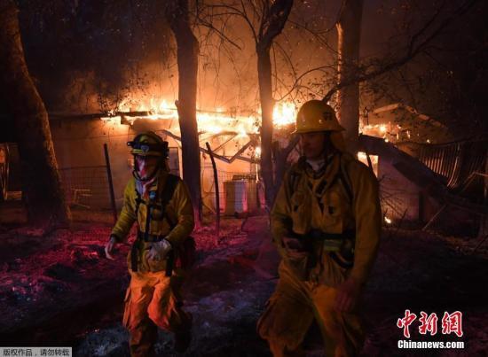 """加州州长布朗巡视灾情最严重的范杜拉县,有4000名消防员在参与扑灭在该县狂烧的""""托马斯山火"""" (the Thomas Fire)。"""