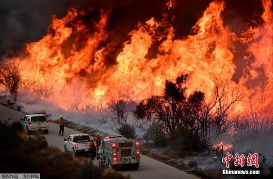 迄今为止,南加州已出现6个面积巨大的火场,数百幢建筑物被焚毁,逾23万人疏散。