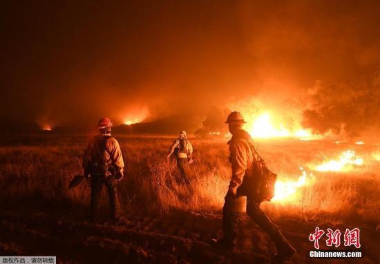 消防人员在灭火上取得了进展,但仍有多处山火仍未受控。