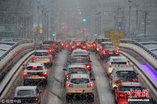 当地时间12月11日,比利时布鲁塞尔,冷空气横扫比利时,全国多地降雪,致交通堵塞。图片来源:视觉中国