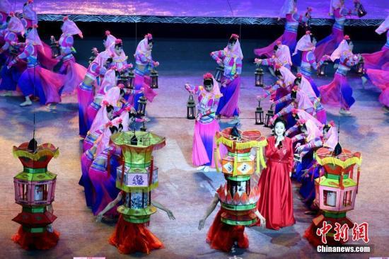 """12月10日晚,第三届海上丝绸之路国际艺术节在古代海上丝绸之路重要起点城市――福建泉州拉开序幕,来自30多个""""海丝""""沿线国家和地区的数十个演艺团体携手献演。 <a target='_blank' href='http://www.chinanews.com/'>中新社</a>记者 王东明 摄"""