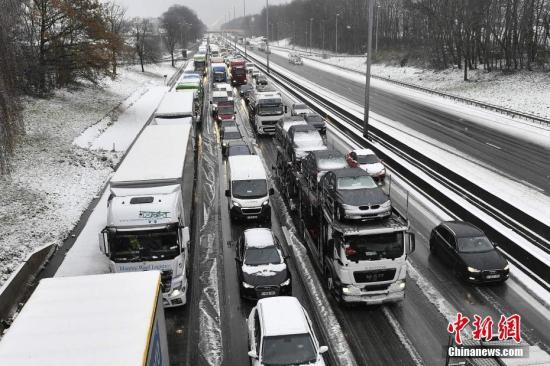欧洲多国遭暴风雪吹吸,致交通堵塞。图片来源:视觉中国