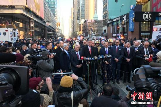 在位于纽约曼哈顿42街第八大道的纽约港务局巴士总站外举行的新闻发布会上,纽约市长德布拉西奥发布信息。 中新社记者 廖攀 摄