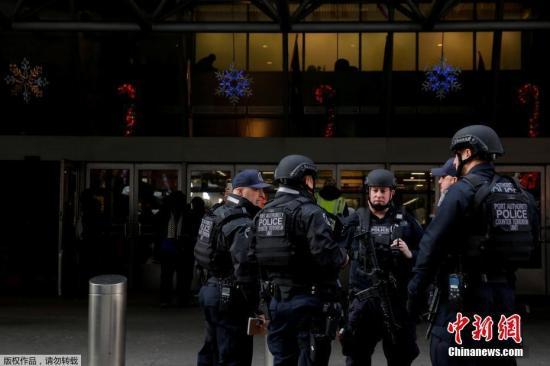 反恐小组聚集在纽约港务局巴士总站外。