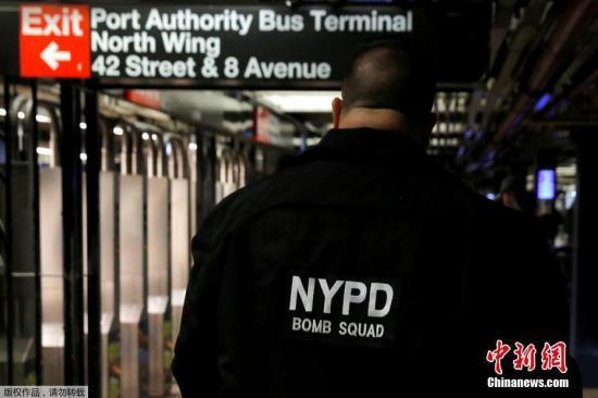 一名纽约警方拆弹小组成员走过纽约42街地铁站,上方就是发生爆炸事件的港务局巴士总站。