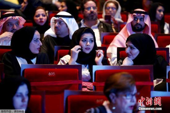 20世纪80年代,沙特以容易引发人们道德堕落为由将电影院关闭。很多沙特人每到假期或周末远赴周边国家巴林和阿联酋观看电影。图为沙特民众在位于利雅得的沙特诺拉公主女子大学内观看音乐会。(资料图)