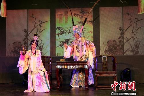 图为福建省实验闽剧院表演折子戏《凤仪亭——小宴》。中新社记者 杨程晨 摄