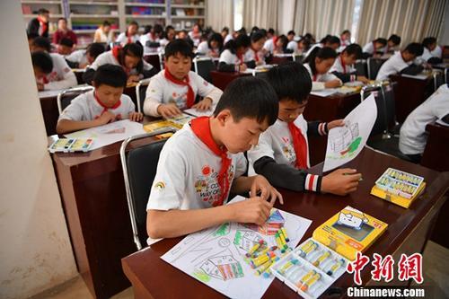 资料图:云南昆明市富民县散旦镇汉营小学学生正在上美术课。中新社记者 刘冉阳 摄
