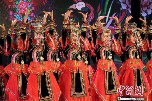 图为福建省宁德市畲族歌舞艺术传承中心的演员表演舞蹈《凤冠银光》。 中新社记者 杨程晨 摄