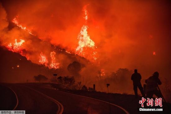 资料图:2017年12月,美国南加州山火肆虐多日。