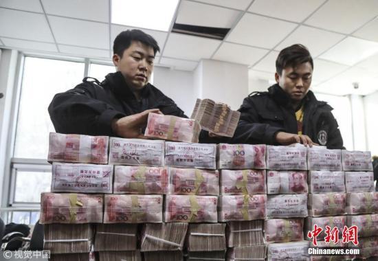 资料图:被追回的农民工工资。 陆瑶 摄 图片来源:视觉中国
