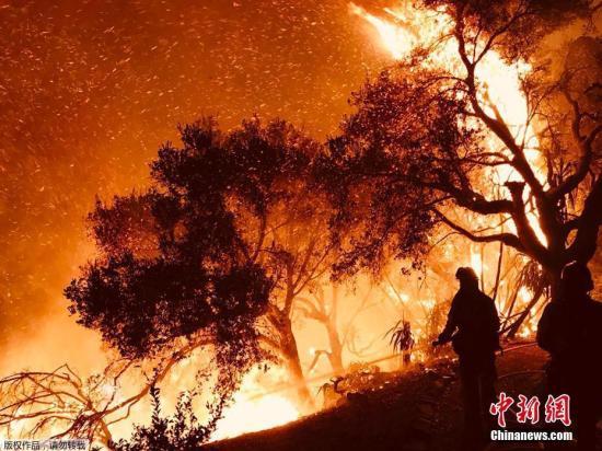 资料图:2017年,加州发生大规模山火。图为圣芭芭拉县消防局公布的大火照片,火势凶猛可见一斑。