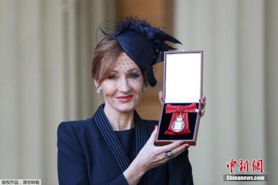 当地时间2017年12月12日,伦敦,《哈利?波特》作者J?K?罗琳被英国王室授予名誉勋位。