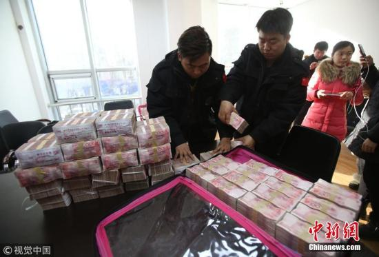 资料图:农民工领取1400万元欠薪。 陆瑶 摄 图片来源:视觉中国