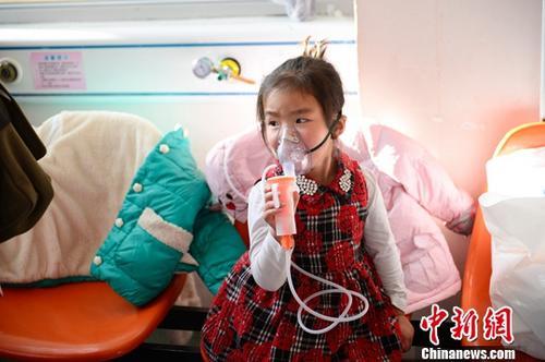 12月13日,小朋友在医院做雾化治疗。<a target='_blank' href='http://www.chinanews.com/'>中新社</a>记者 刘文华 摄