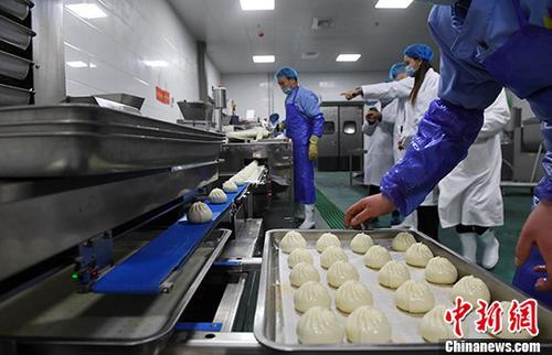 资料图:兰州一企业进行食品生产。<a target='_blank' href='http://www.chinanews.com/' _fcksavedurl='http://www.chinanews.com/'></table>中新社</a>记者 杨艳敏 摄