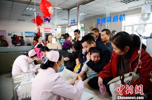 资料图:小朋友在医院扎针输液。中新社记者 刘文华 摄