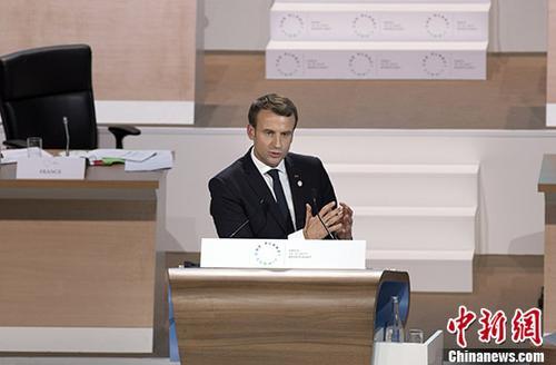 """当地时间12月12日,在《巴黎协定》签署两周年之际,由法国、联合国和世界银行共同主办的""""一个星球""""气候行动融资峰会在巴黎举行,60多位国家元首和政府首脑以及来自国际组织、非政府组织、企业、研究机构、地方政府的近4000名代表与会。法国总统马克龙在出席峰会时呼吁国际社会加速行动,采取具体措施落实《巴黎协定》。图为马克龙在峰会上发表讲话。 中新社发 官方供图"""