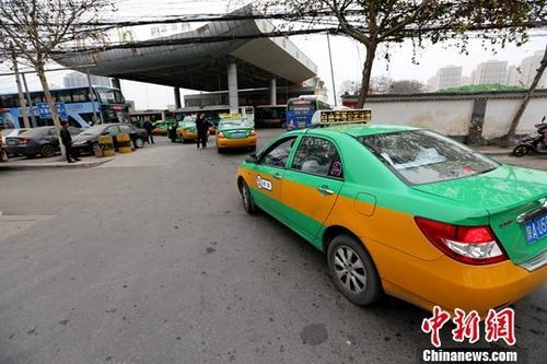 资料图:西安出租车排队等候在加气站外。<a target='_blank' href='http://www.chinanews.com/'>中新社</a>记者 张远 摄