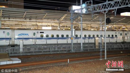这列由博多发车开往东京的山阳新干线列车希望34号,在行驶途中传出异音和异臭,中途停靠名古屋站检查时,发现列车车台龟裂且漏油,立刻将千余名乘客换乘至其他列车。 图片来源:视觉中国