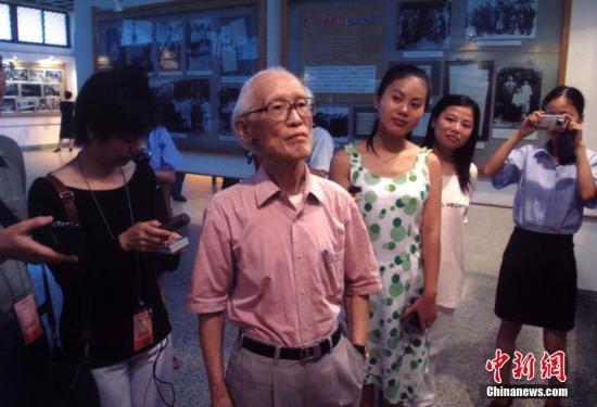 """2003年9月10日,来福州参加""""二零零三海峡诗会""""的台湾著名诗人余光中先生一行三人,十日下午抵达福州,受到当地民众热烈欢迎。 中新社发 郑祚声 摄 图片来源:CNSPHOTO"""