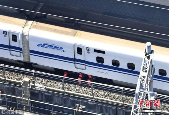 2017年12月13日消息,11日,日本新干线列车希望34号在行驶途中传出异响和异臭,中途停靠名古屋站检查时,发现列车车台龟裂且漏油。日本运输安全委员会将其认定为重大事故,这是自2001年运输安全委员成立以来,新干线首次被认定为重大事故的意外事件。图为被检测出漏油的13号车厢,这辆新干线列车目前停靠在名古屋站进行检修。 图片来源:视觉中国
