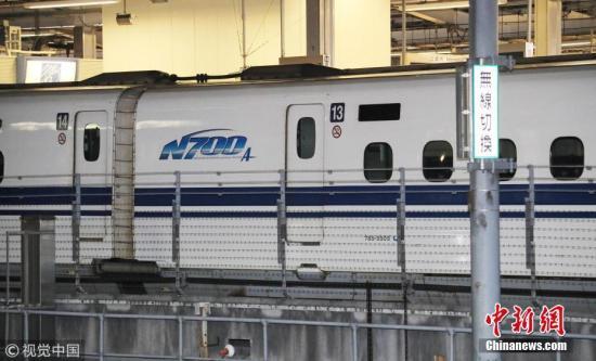日本运输安全委员会认定此事件属于重大意外,已经开始调查事故原因。图为发生漏油事故的13号车厢。 图片来源:视觉中国