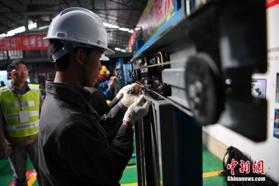 资料图:选手正在参加电梯安装维修职业技能竞赛。中新社记者 刘冉阳 摄