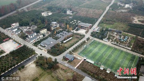 材料图:四川成皆一处村落足球场。成皆商报记者 王勤 摄 图片滥觞:视觉止您