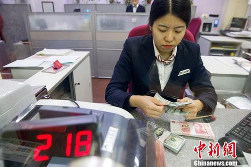 12月14日,山西太原,银行工作人员清点货币。(图文无关)。中新社记者 张云 摄